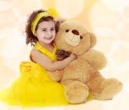 Małej dziewczynki przytulenia miś Obrazy Royalty Free