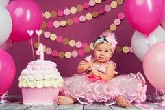 Małej dziewczynki ` s urodzinowa dziewczyna mazał w tort Pierwszy tort Use pierwszy tort Roztrzaskanie tort Obrazy Royalty Free