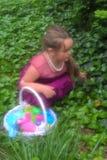 Małej Dziewczynki ` s Wielkanocnego jajka polowanie obraz stock