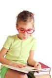 Małej dziewczynki siedzenie, chwyt, read książka fotografia royalty free