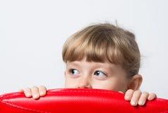 małej dziewczynki slyly spojrzenia fotografia stock