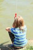 Małej dziewczynki strzelanina z wodnym pistoletem Fotografia Stock