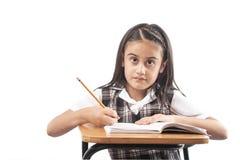 Małej dziewczynki studiowanie na białym tle obrazy royalty free