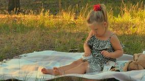Małej dziewczynki sztuka z monetami na koc w parku zbiory wideo