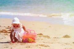 Małej dziewczynki sztuka z piaskiem i zabawkami na plaży Obraz Royalty Free