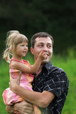 Małej dziewczynki sztuka z tata w naturze Obraz Stock