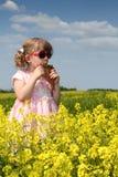 Małej dziewczynki sztuki niecki drymba Obrazy Royalty Free
