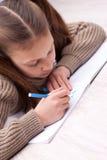 Małej dziewczynki writing koncentrujący na jej ćwiczenie książce Obrazy Stock