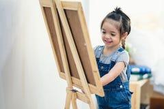 Małej dziewczynki writing na desce fotografia royalty free