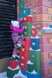Małej dziewczynki wspinaczkowa wysokość w zimie Zdjęcia Royalty Free