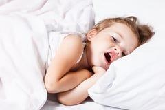Małej dziewczynki ziewanie Zdjęcia Royalty Free