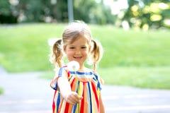 Małej dziewczyny dandelion podmuchowy kwiat zdjęcia royalty free
