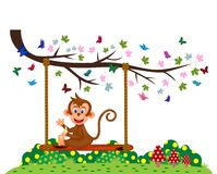 Małpi obsiadanie na huśtawce i je banana przy parkiem Obrazy Royalty Free