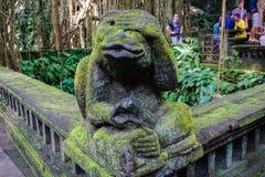 Małpia statua w Bali zakrywał z mech obrazy stock