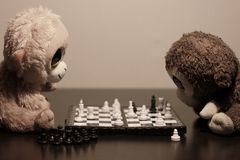 Małpy bawić się szachy Zdjęcie Royalty Free