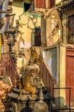 Małpy bawić się w ruinach Swayambhunath świątynia, Kathmandu Obrazy Stock