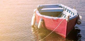 mały łódkowaty zagubiony na wodzie Fotografia Stock