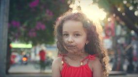 Mały ładny dziewczyna portret blisko kwitnął drzewa w parku Pojęcie dziecko i naturalny piękno Clouse up Beautihul Trochę zdjęcie wideo