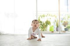 Mały ładny dziewczynki czołganie na podłoga w domu Zdjęcia Stock