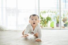 Mały ładny dziewczynki czołganie na podłoga w domu Zdjęcia Royalty Free