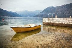 Mały łodzi rybackiej położenie na Spokojny jasnym Obraz Royalty Free