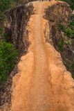 Mały ścieżka teren na Glebowej górze w lesie obraz stock