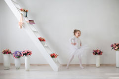 Mały śliczny balerina taniec w wnętrzu obraz royalty free