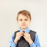 Mały śliczny dżentelmen ubiera jego kostium kurtkę Zdjęcia Royalty Free