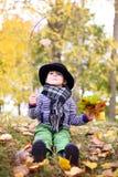 Mały śliczny dżentelmen w czarnym kapeluszu w jesień parku Obrazy Stock