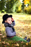 Mały śliczny dżentelmen w czarnym kapeluszu w jesień parku Obraz Royalty Free