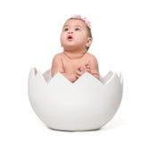 Mały śliczny dziecko w eggshell Zdjęcia Stock