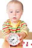 Mały śliczny dziecko z zegarem fotografia royalty free