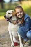 Mały śliczny dziewczyn uściśnięć pies & x28; Labrador& x29; Miłość Obraz Stock