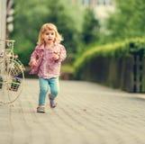 Mały śliczny dziewczyna bieg Zdjęcie Royalty Free