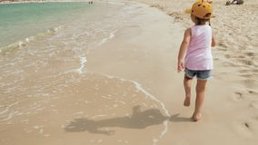 Mały śliczny dziewczyna bieg wzdłuż plaży zbiory wideo