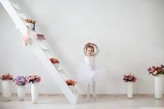 Mały śliczny dziewczyna taniec w wnętrzu fotografia royalty free