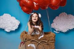 Mały śliczny dziewczyny latanie na czerwonym sercu szybko się zwiększać walentynka dzień Fotografia Royalty Free