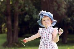 Mały śliczny dziewczyny zrywanie kwitnie w lato parku Obraz Royalty Free