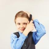 Mały śmieszny dżentelmen szczotkuje jej włosianego hairbrush Obrazy Royalty Free