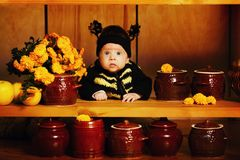 Mały śmieszny dziecko z pszczoła kostiumem zdjęcia royalty free
