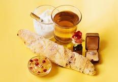 Mały śniadanie z herbaty, rolki, jogurtu, różanego i zaręczynowego diamentowym pierścionkiem, Zdjęcia Stock