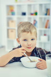 mały śniadaniowy chłopiec łasowanie Fotografia Stock