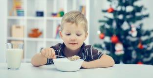 mały śniadaniowy chłopiec łasowanie Zdjęcia Stock
