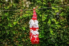 Mały Święty Mikołaj obwieszenie na arkanie Obraz Royalty Free