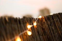 Mały żółty dekoraci przyjęcia światło na tarasie Zdjęcia Stock