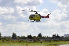 Mały żółty helikopter Utair linia lotnicza w niebie Obrazy Royalty Free