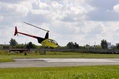 Mały żółty helikopter w niebie Zdjęcia Stock