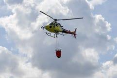 Mały żółty helikopter w niebie Zdjęcie Stock