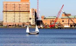 Mały żagiel łodzi żeglowanie przez Norfolk Virginia Zdjęcie Royalty Free