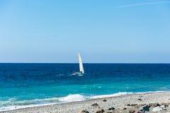 Mały żeglowanie jacht unosi się na morzu Obraz Royalty Free